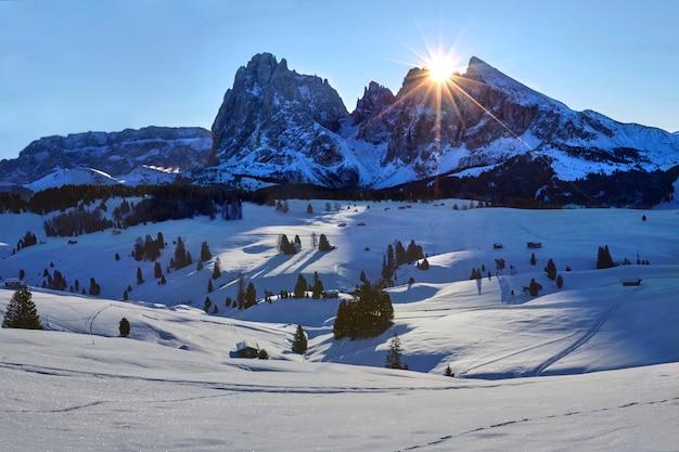 Winter zonsopgang boven alpe di siusi met uitzicht op sassolungo en sassopiatto, dolomieten, italië