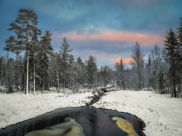Winterbergrivier in karelië stroomt door het bos