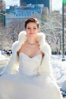 Winterbruid bruid in de winter tegen de achtergrond van new york centralpark