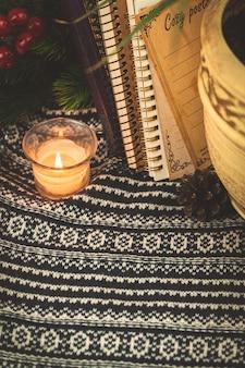 Wintercompositie, gezellig stilleven met kopieerruimte op de achtergrond van een gebreide trui, kopieerruimte. hoge kwaliteit foto