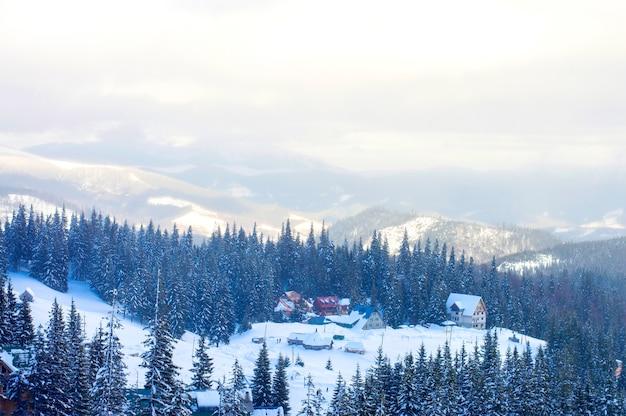 Winterdorp in de bergen