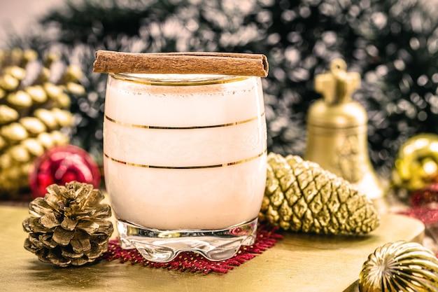 Winterdrank gemaakt met eieren, likeur en kaneel, eierpunch, coquito of auld man's milk genoemd, versierd met noten en gedroogd fruit