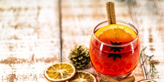 Winterdrank sangria, glühwein, met appels, sinaasappels, granaatappel en kaneelstokjes.