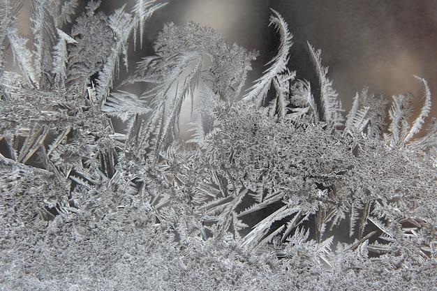 Winterijspatronen op raam