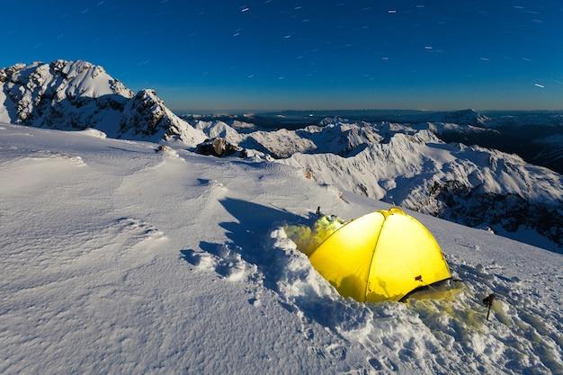 Winterkamp op de low peak van mount rolleston, high peak op de achtergrond, nieuw-zeeland