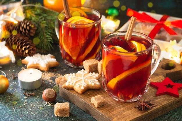 Winterkerst glühwein met sinaasappel en kruiden op de feesttafel