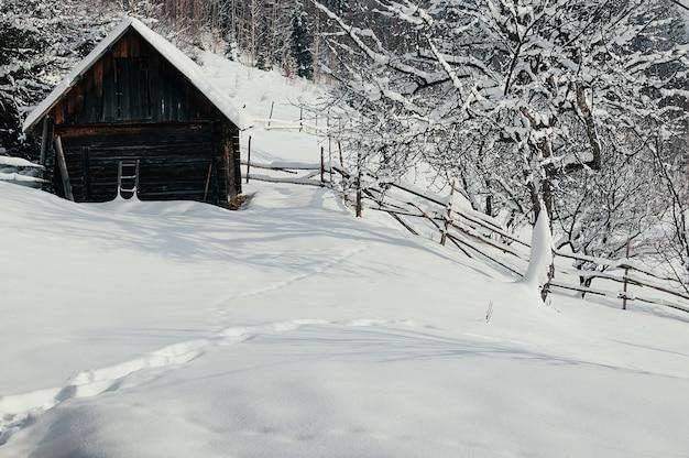 Winterlandschap berglandschap houten pakhuis bedekt met sneeuw vredig winters resort