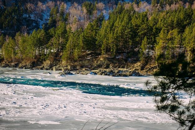 Winterlandschap, bergriviervallei