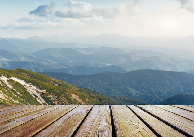 Winterlandschap majestueuze bergen in de winter en armoedige tafel. in afwachting van de vakantie.