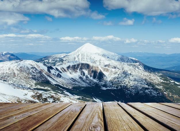 Winterlandschap majestueuze bergen in de winter en armoedige tafel