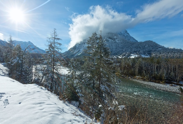 Winterlandschap met berg en rivier (oostenrijk, tirol)
