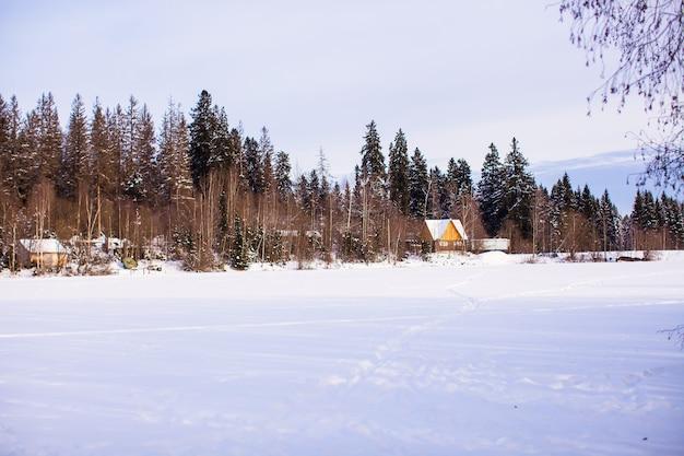Winterlandschap met een klein huis in het bos