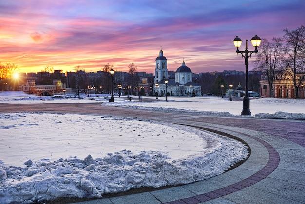 Winterlandschap met prachtige zonsondergang in tsaritsyno in moskou