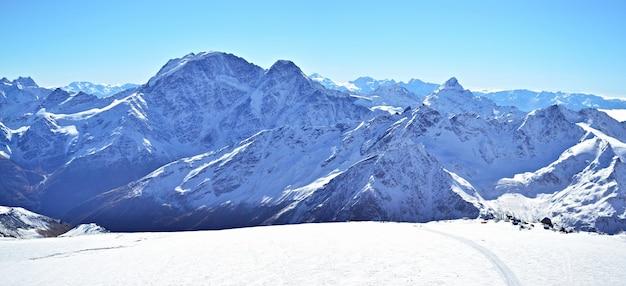 Winterlandschap met sneeuw en bomen sneeuwberg.