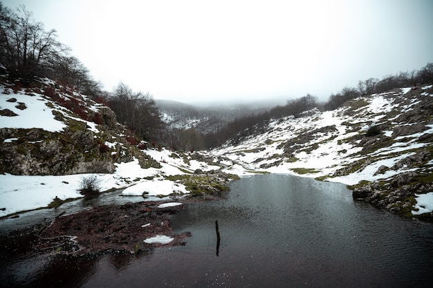 Winterlandschap op de aizkorri-berg in baskenland.