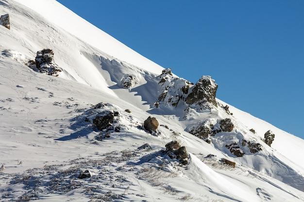 Winterlandschap panorama. de sneeuw kromp bergen na sneeuwval ineen.