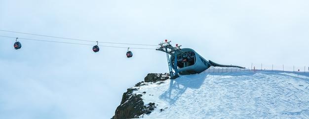 Winterlandschap, panorama van het skigebied met skiliften. alpen. oostenrijk. pitztaler gletscher. wildspitzbahn