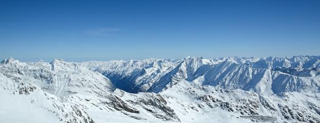 Winterlandschap, panorama van het skigebied met skipistes. alpen. oostenrijk. pitztaler gletscher. wildspitzbahn