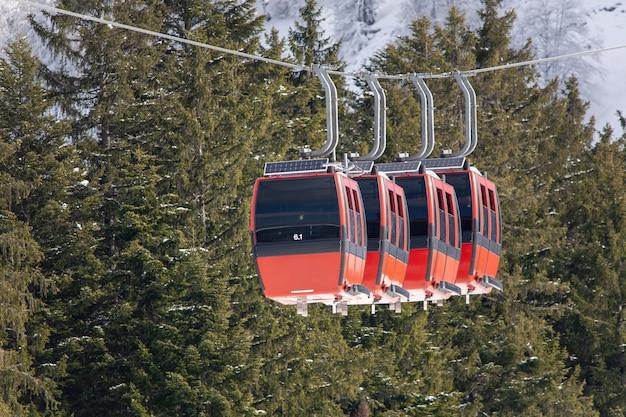 Winterlandschap van een kabelbaan omgeven door de besneeuwde bergen