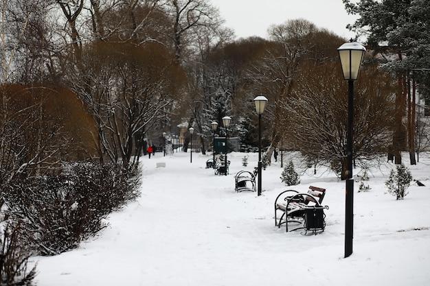 Winterlandschap van landerijen en wegen in de sneeuw