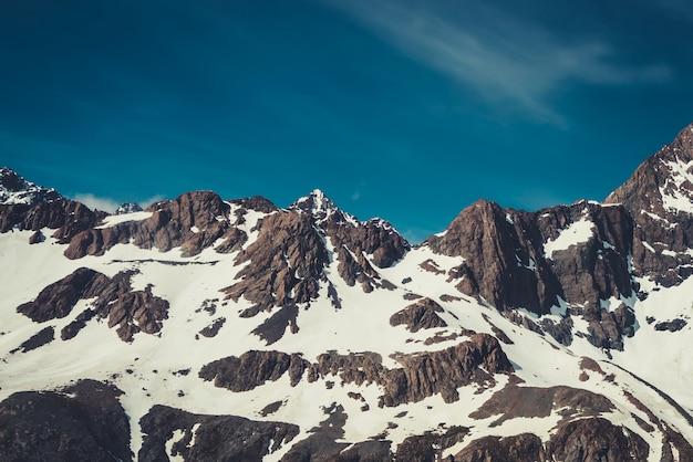 Winterlandschap van sneeuw gebergte
