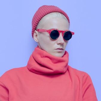 Wintermode. bril, handschoenen, hoed. hippe accessoires. tomboy-model