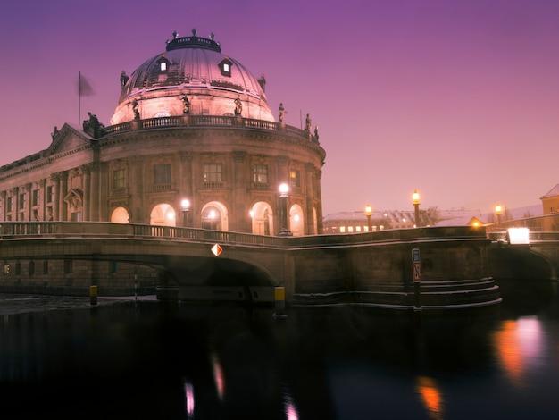 Winternacht aan de rivier de spree met schilderachtig uitzicht op het beroemde bode-museum in berlijn