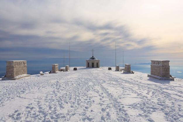 Winterpanorama van italiaanse alpen eerste wereldoorlog herdenkingsgebouw
