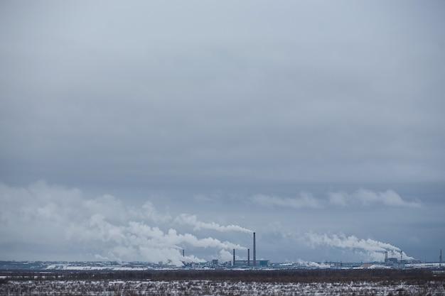 Winterpanorama van pulppapierfabriek.
