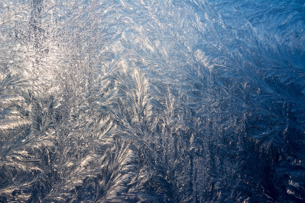Winterpatronen op vensterglas.