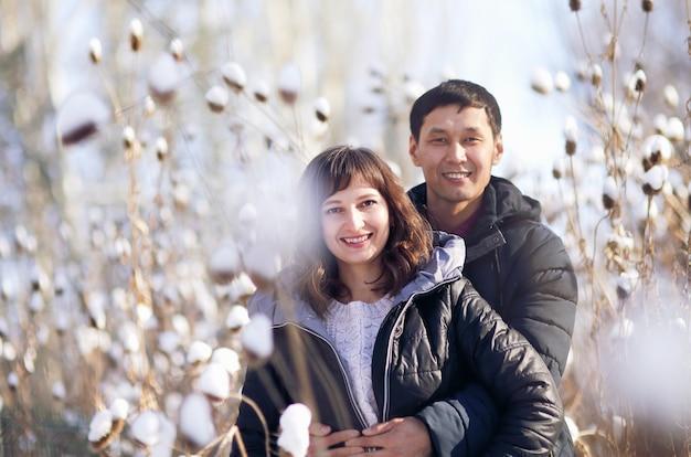 Winterportret van een jong interraciaal stel terwijl ze elkaar omhelzen
