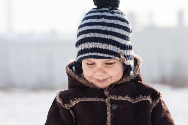 Winterportret van jongen bij koud weer buiten