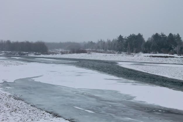 Winterrivier in de karpaten