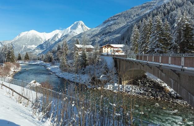 Winters aanblik haselgehr dorp met rivier de lech (oostenrijk, tirol)