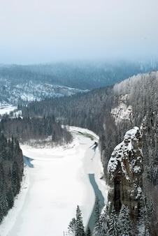 Winters aanblik van de rots duivelsvinger in de perm krai oeral rusland