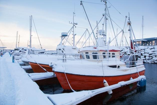 Winters aanblik van een jachthaven in trondheim