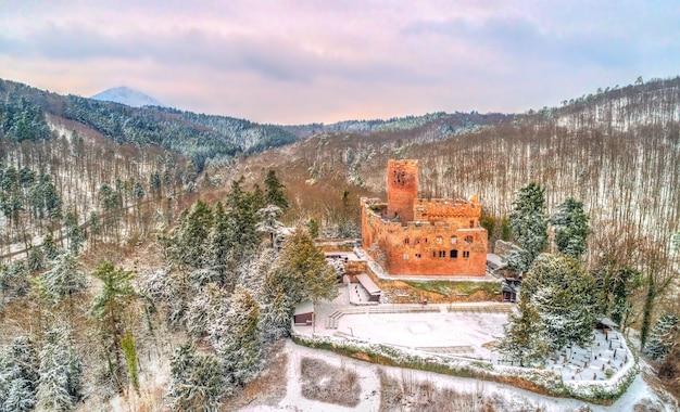 Winters aanblik van het chateau de kintzheim, een kasteel in de vogezen - bas-rhin, frankrijk