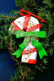 Wintersamenstelling kerstboom speelgoed vuren takken