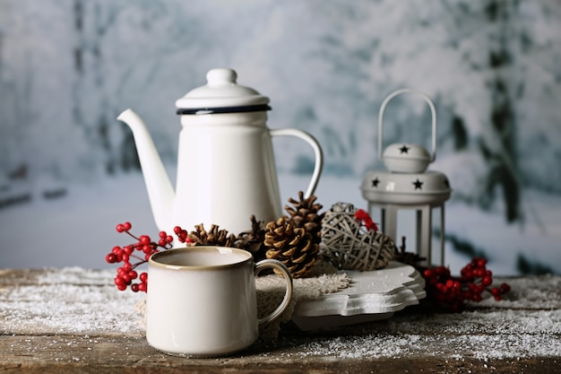 Wintersamenstelling met warme drank op aardachtergrond