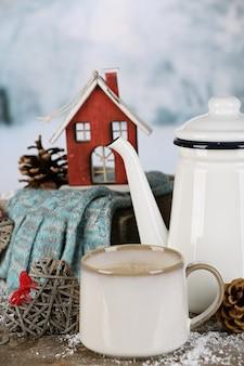 Wintersamenstelling met warme drank op natuuroppervlak