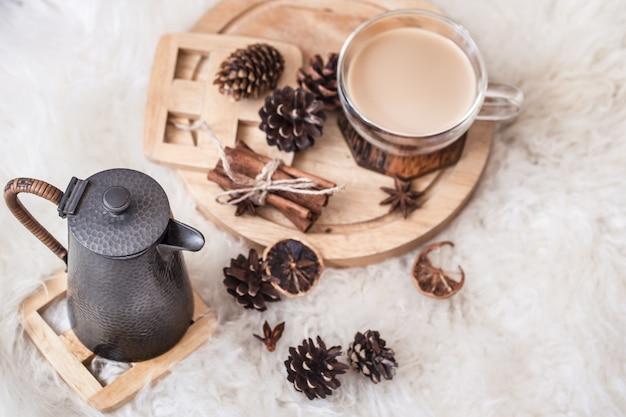 Winterstilleven met kegels en een warme drank met een theepot. het uitzicht vanaf de top. het concept van comfort