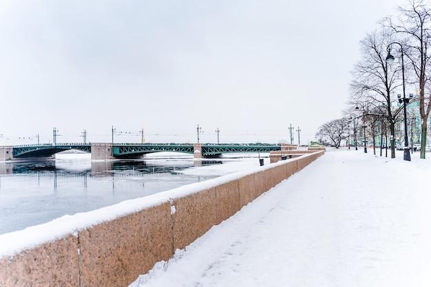 Winterstraten van petersburg, stadspanorama's en prachtige historische gebouwen met sneeuw