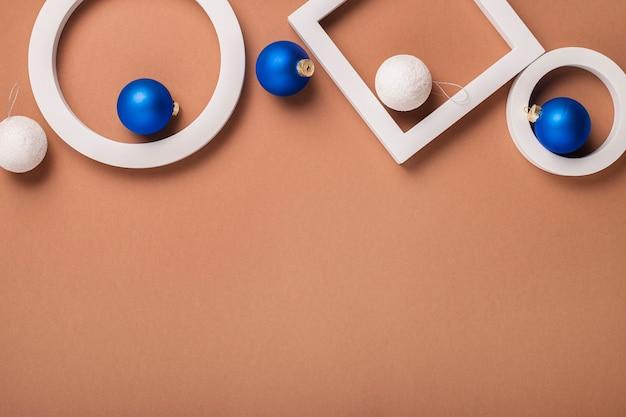 Wintervakantie concept van geometrische vormen, kerstboomversieringen. banier. plat lag, bovenaanzicht.