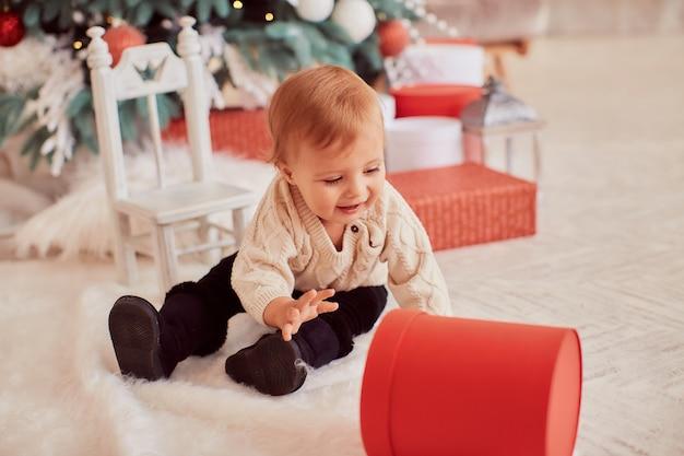 Wintervakantie decoraties. warme kleuren. mooie meisjesspelen met huidige dozen