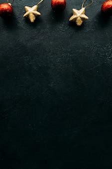 Wintervakantie objecten op een donkere ondergrond.