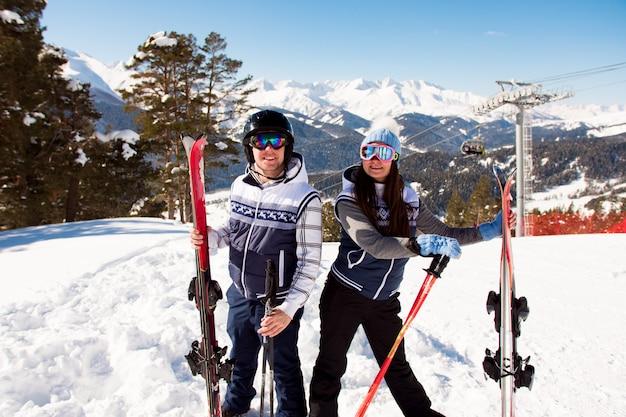 Wintervakantie - portret van skiërs in skiresort.