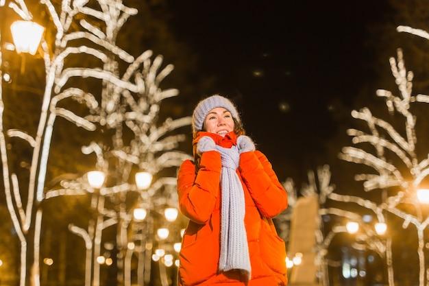 Wintervakantie seizoen kerst nieuwjaar concept grappige gelukkige vrouw tijd doorbrengen met plezier in de buurt
