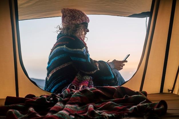 Wintervakantie vakantieconcept met gratis alternatieve gekleurde volwassen vrouw die kamperen met tent in vrijetijdsbesteding in de buitenlucht