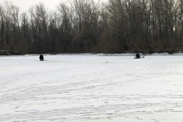 Wintervissen op het meer