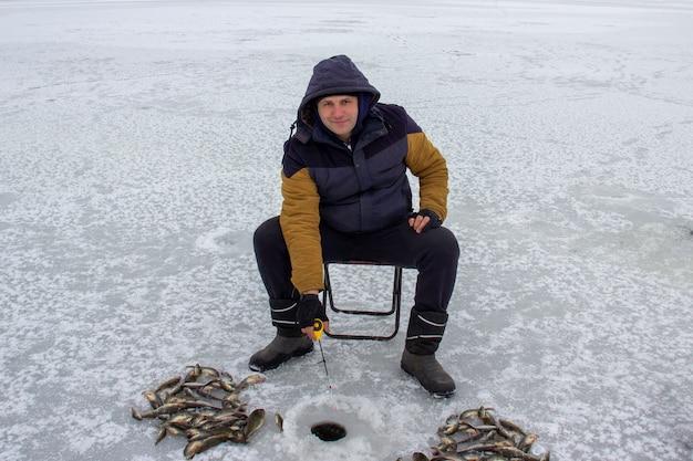 Wintervissen. vissers op ijs.